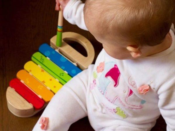 gioco musicale neonato